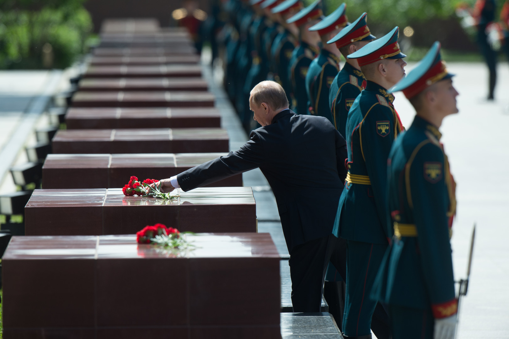 Präsident Putin legt Blumen nieder am Denkmal der für die Helden der Stadt im Alexanergarten