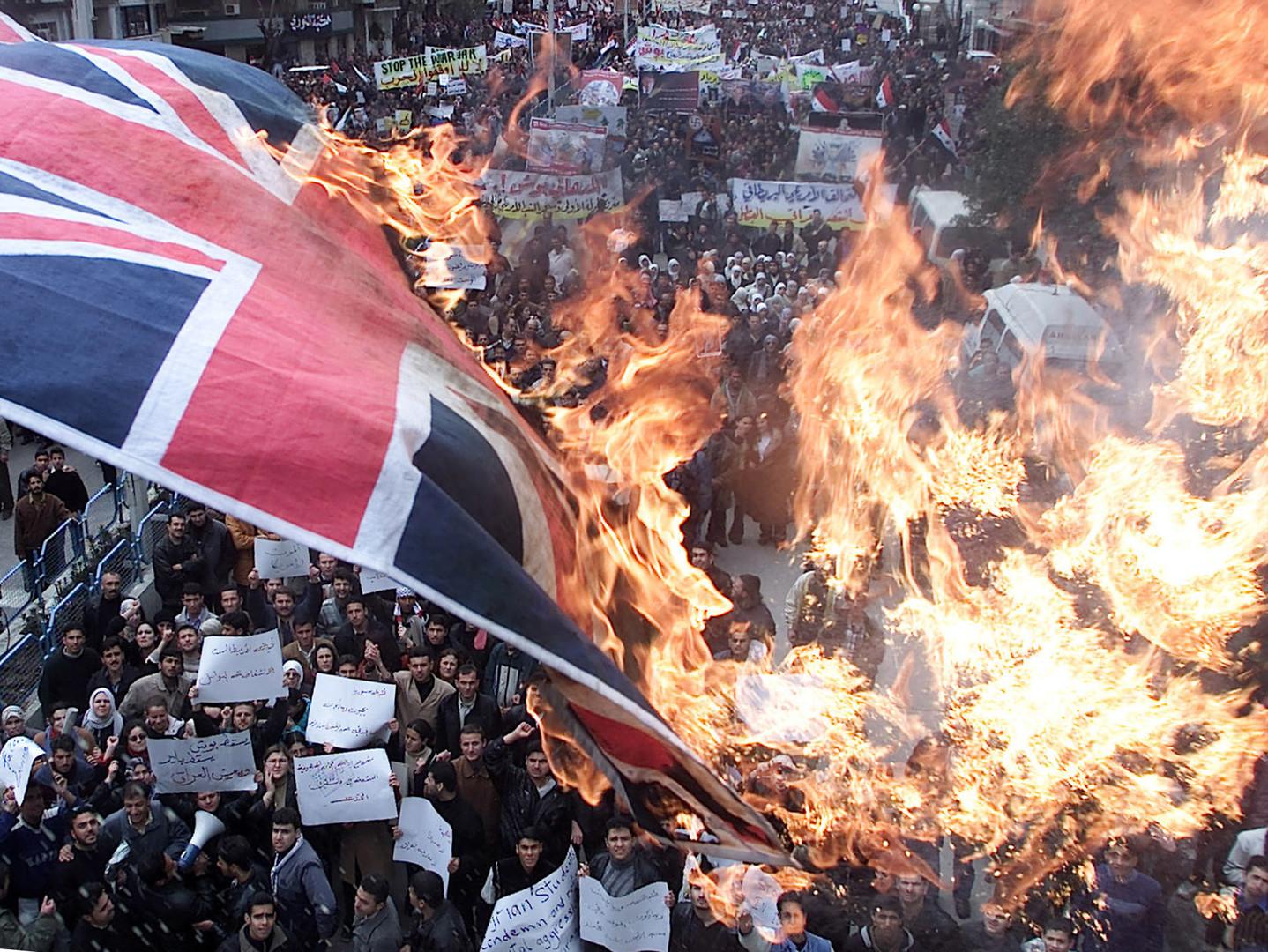 Wütende Demonstranten verbrennen eine britische Fahne in Damaskus im März 2003. Hunderttausende protestierten gegen den beginnenden Irak-Krieg.