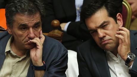 Der griechische Premier Alexis Tsipras (rechts) mit seinem Finanzminister Euclid Tsakalotos (links) wirken recht ratlos in einer Parlamentssitzung in Athen im Juli 2015.