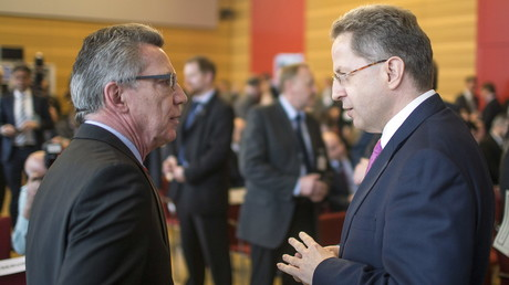 Innenminister Thomas de Maiziere im Gespräch mit dem Chef des Verfassungsschutzes Hans-Georg Maaßen