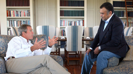 Prinz Bandar bin Sultan plaudert im August 2002 auf der Bush-Ranch in Crawford, Texas, mit dem Präsidenten. Schon damals verlangten Abgeordnete eine Untersuchung darüber, ob Geld aus Saudi-Arabien an die 9/11-Attentäter geflossen ist.