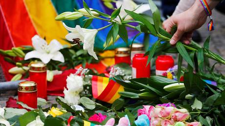 Ein Mann legt Blumen an der US-Botschaft in Berlin zum Gedenken an die Opfer der Schießerei in einem Nachtclub in Orlando nieder