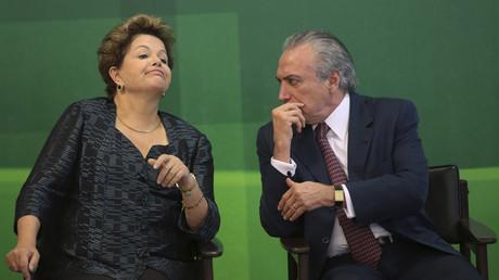 Archivbild von Juli 2013 - Präsidentin Rousseff und Vizepräsident Temer im Gespräch bei einer Veranstaltung in Brasilia.