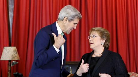 US-Außenminister John Kerry weist der brasilianischen Präsidentin Michelle Bachelet den Weg