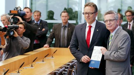 Der BKA-Chef Holger Muench und sein Dienstherr Thomas de Maizière sind sich einig, wenn es um mehr überwachung geht