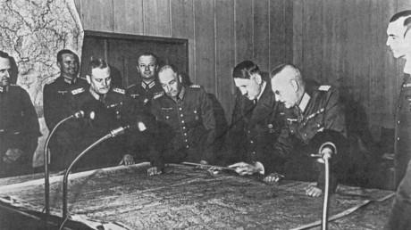 Generalfeldmarschall Wilhelm Keitel, General Walter von Brauchitsch, General Franz Halder (von links nach rechts) beim Generalstabstreffen 1940, als Adolf Hitler die Direktive Nummer 21 zum Angriff gegen die Sowjetunion, Code-Name Barbarossa, unterzeichnete.