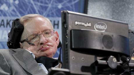 Wegen einer Lähmung ist der Ausnahmephysiker an den Rollstuhl gefesselt und auf einen Sprachcomputer angewiesen