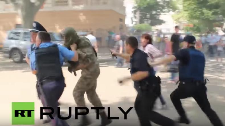Odessa: Verhaftungen und Tränengas als Demonstranten versuchen Rathaus zu stürmen