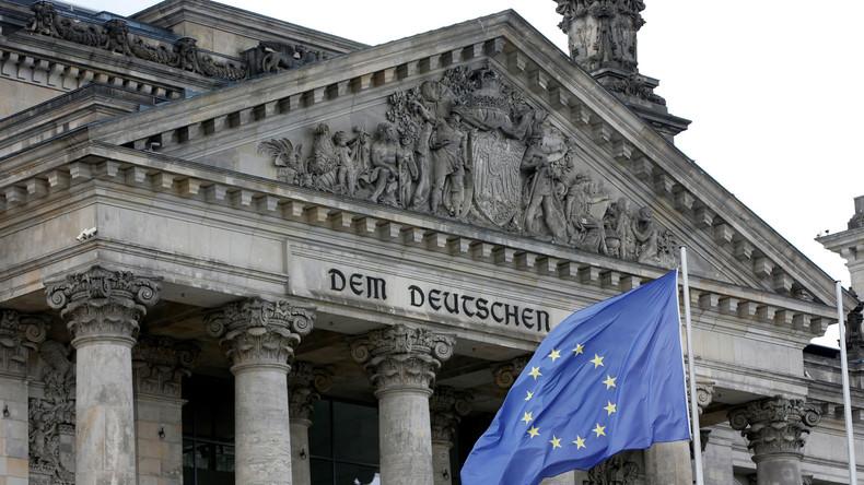 """Symbolträchtiges Bild: Eine EU-Flagge verdeckt den Schriftzug """"Dem Deutschen Volke"""" am Berliner Reichstag"""