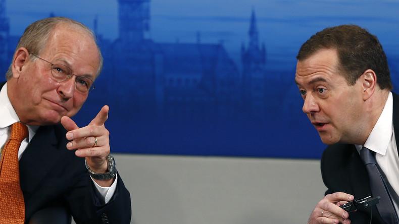 Dem Westen den Weg zeigen: Der Vorsitzende der Münchner Sicherheitskonferenz, Wolfgang Ischiager, mit dem russischen Premierminister Dmitri Medwedew in München am 13. Februar 2016.