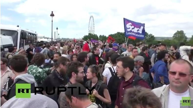 Live: Paris - Protestler versammeln sich vor Parlament, weil Arbeitsmarktreform durchgedrückt wurde