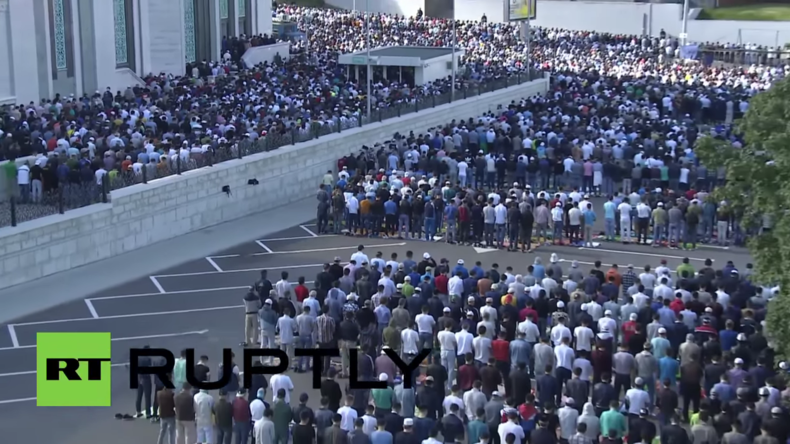 """Russland: """"Eid Mubarak!"""" - Tausende Muslime strömen zum Eid al-Fitr zur Moskauer Hauptmoschee"""