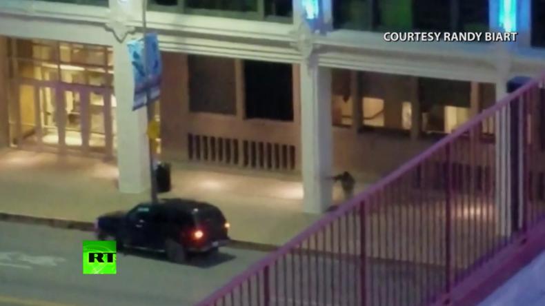 Dallas: Verdächtiger Schütze bei Schusswechsel mit Polizei auf Kamera eingefangen