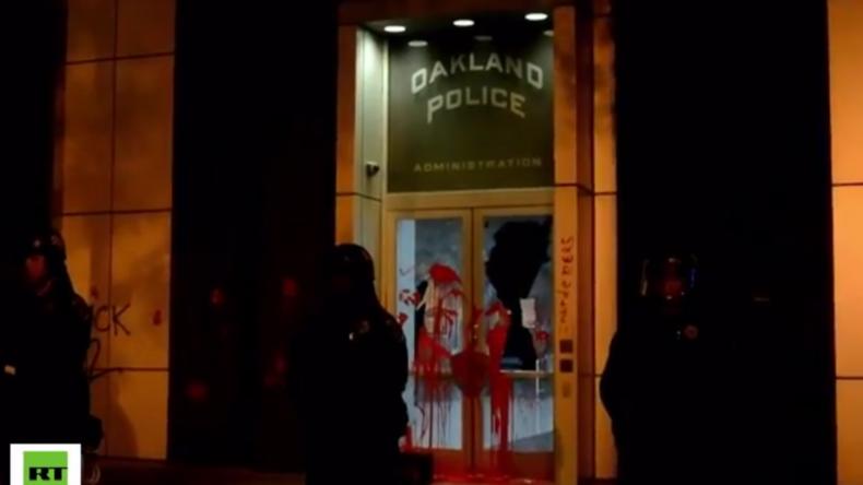 USA: Heftiger Protest in Oakland nach Mord an Afroamerikanern – Protestler attackieren Polizeirevier