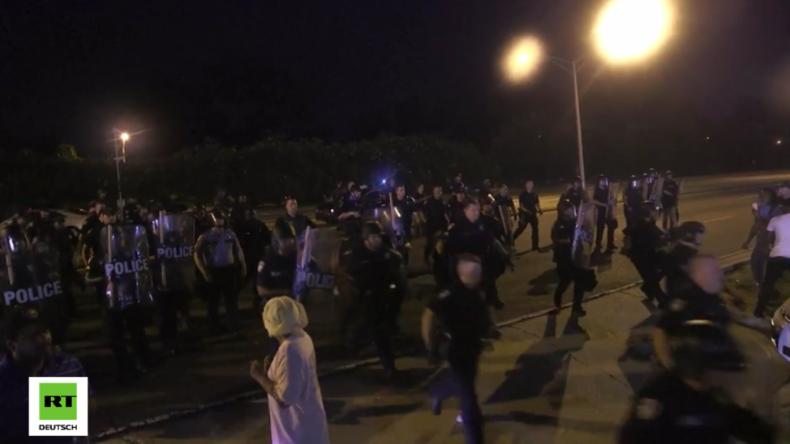 USA: BlackLivesMatter-Proteste am Polizeipräsidium in Baton Rouge seit drei Nächten in Folge