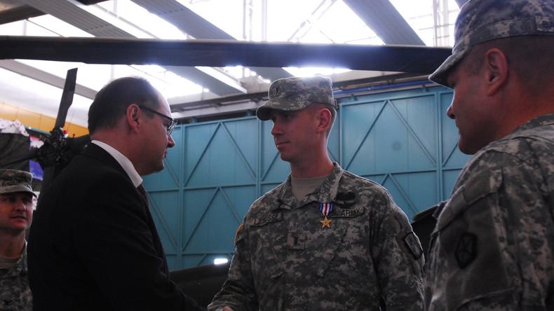 Dank für Denunziation von politischen Aktivisten? Staatssekretär des Verteidigungsministers Christian Schmidt gratuliert US-Soldaten in der US-Kaserne Katterbach in Bayern.