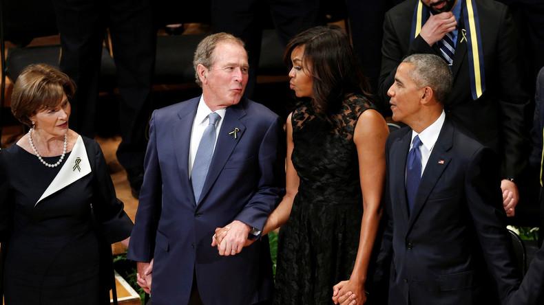 Sichtlich vergnügt zeigt sich der ehemalige US-Präsident George W. Bush bei der Trauerfeier für fünf tote Polizisten in Dallas.
