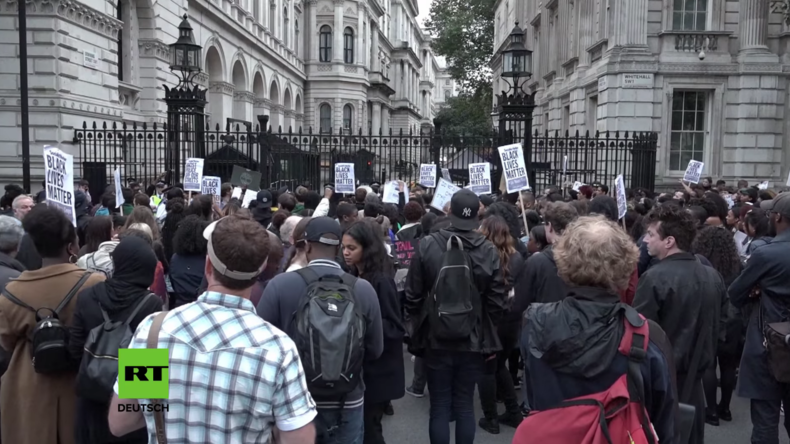 """Fuck off Theresa May!"" - BlackLivesMatter-Protest gegen Cameron-Nachfolgerin in London"