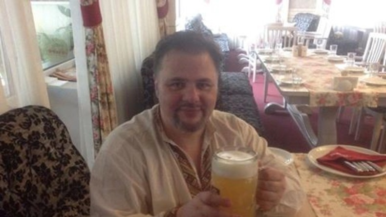Das erste Bier in der Freiheit: Ruslan Kotsaba wird nach 18 Monaten in Haft von allen gegen ihn erhobenen Vorwürfen freigesprochen. Die Staatsanwaltschaft wollte ihn für einen Aufruf zur Kriegsdienstverweigerung 13 Jahre im Gefängnis sehen.