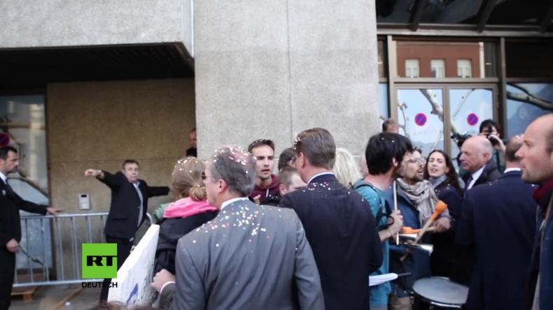 Brüssel: Mindestens 40 Anti-TTIP-Aktivisten für Konfetti-Werfen festgenommen