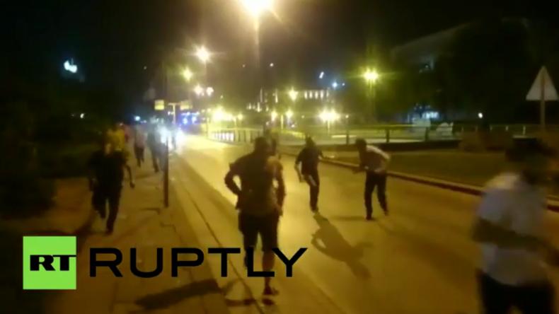 Putschversuch in der Türkei - Menschen auf den Straßen fliehen vor Schüssen