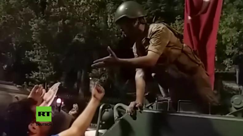 Putsch ohne Volk: Aufgebrachte Menschenmenge stoppt Panzer der Putschisten
