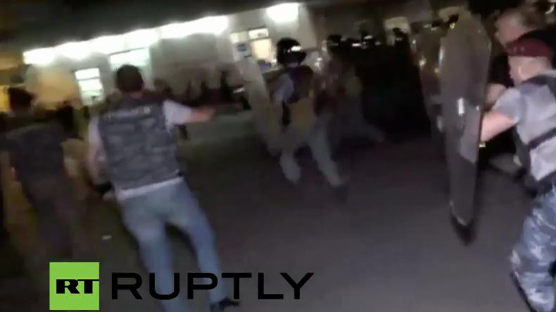 Armenien: Tränengas und Zusammenstöße vor Polizeirevier in dem Geiseln gehalten werden - Updates