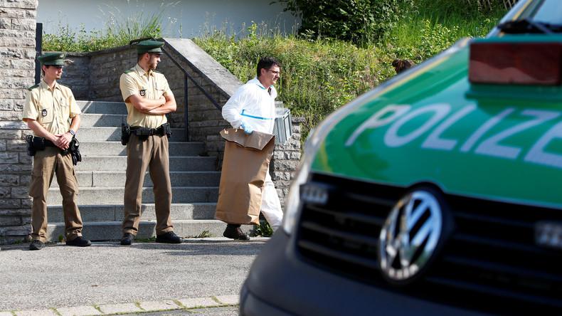 Polizei und Ermittlungsbehörden vor dem Haus des Attentäters in Ansbach.