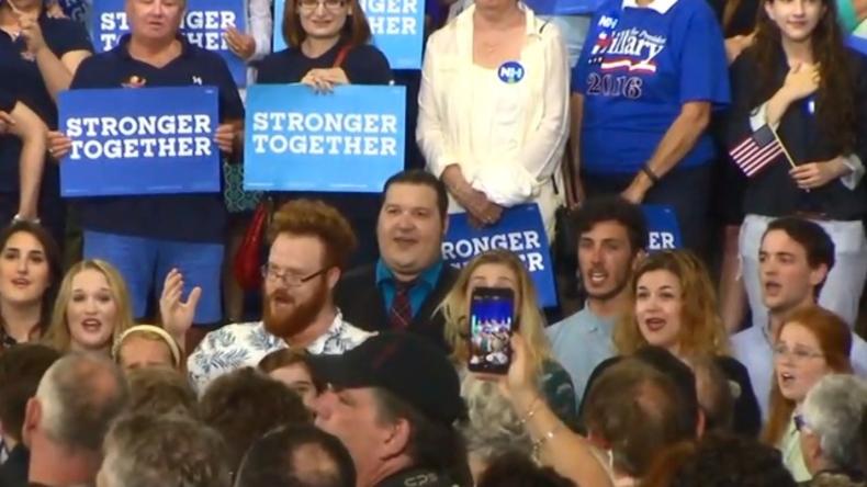 Live: Bernie Sanders Fans demonstrieren zum Auftakt des Nominierungsparteitages der Demokraten