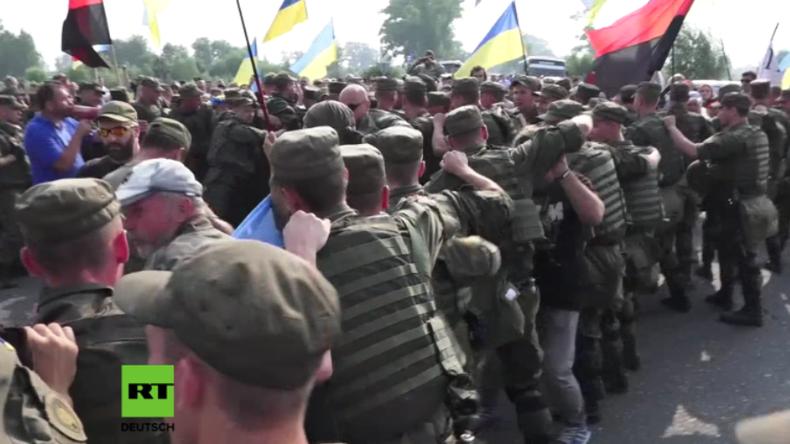Kirchliche Prozessionen in der Ukraine: Rechter Sektor attackiert Friedensmarsch