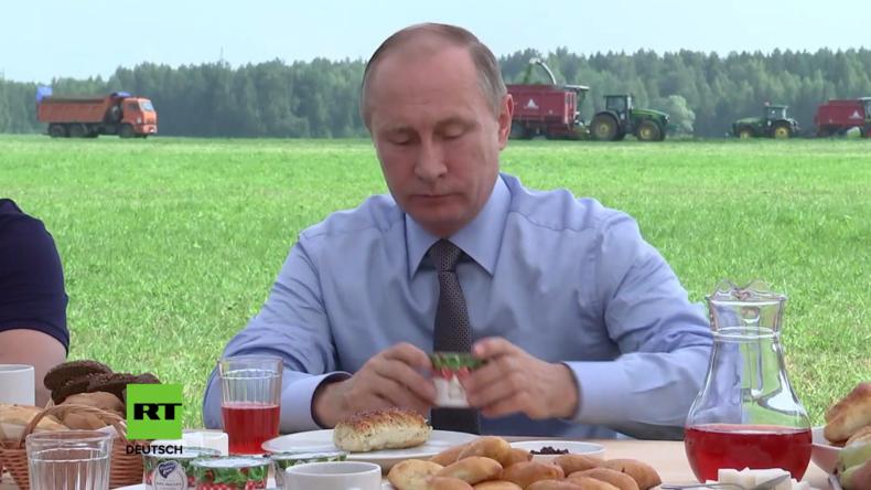 Landwirtschaft in Russland: Putin besucht Agrarbetrieb und kostet heimische Produkte