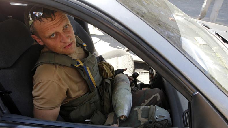 Ukrainischer Militärpionier mit Blindgänger bei Donezk