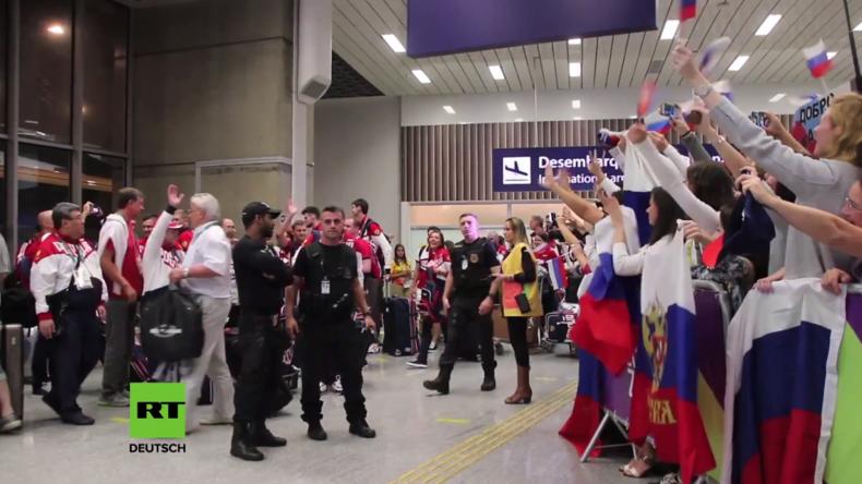 Russische Olympia-Athleten unter Jubel in Rio de Janeiro empfangen