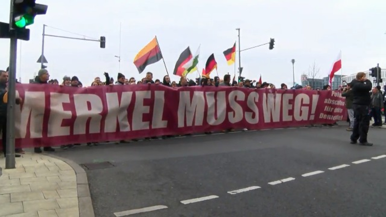 Live aus Berlin: Rechte Gruppen demonstrieren gegen Merkel - zahlreiche Gegenproteste angemeldet