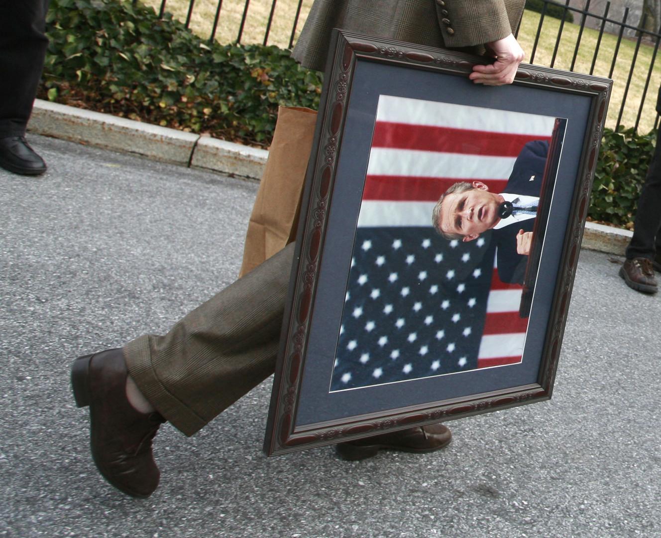 Obama kommt, Bush geht: Das außenpolitische Team und das Militär blieben allerdings in ihren Amtsstuben und bestimmten - bis auf weiteres - auch die Außenpolitik mit.