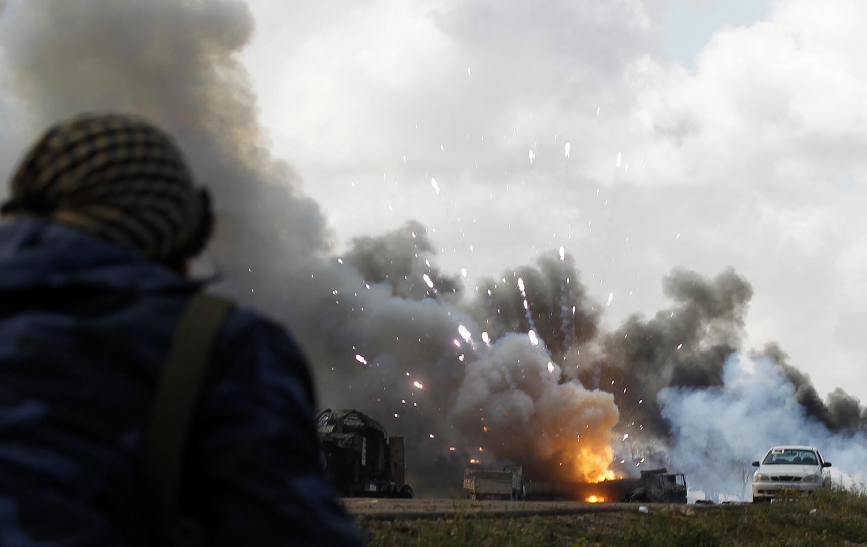 Aufständische in Libyen mit Luftunterstützung durch die NATO: Rebellen beobachten einen NATO-Angriff auf Regierungstruppen bei Benghasi, 20. März 2011.
