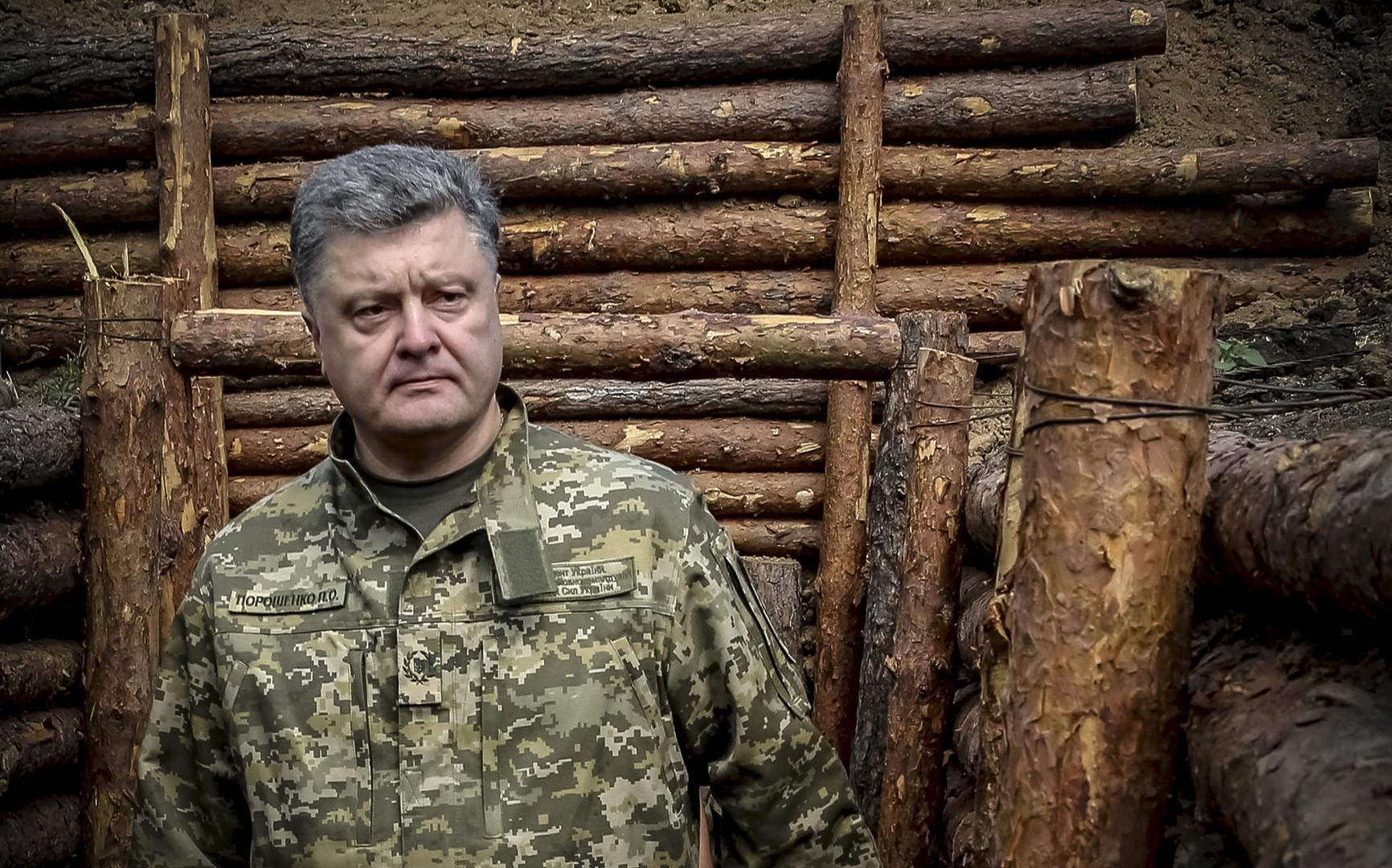 Der ukrainische Präsident Petro Poroschenko in einem Schützengraben in der Ostukraine, 11. Juni 2015.