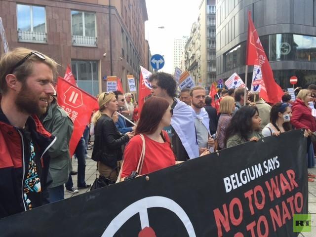 Proteste gegen den NATO-Gipfel in Warschau: Am Samstag ziehen Hunderte Menschen durch die Innenstadt.