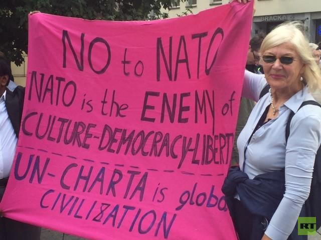 Aus Deutschland, Großbritannien und den USA sind Aktivisten angereist, um gegen die geplante Aufrüstung zu protestieren.