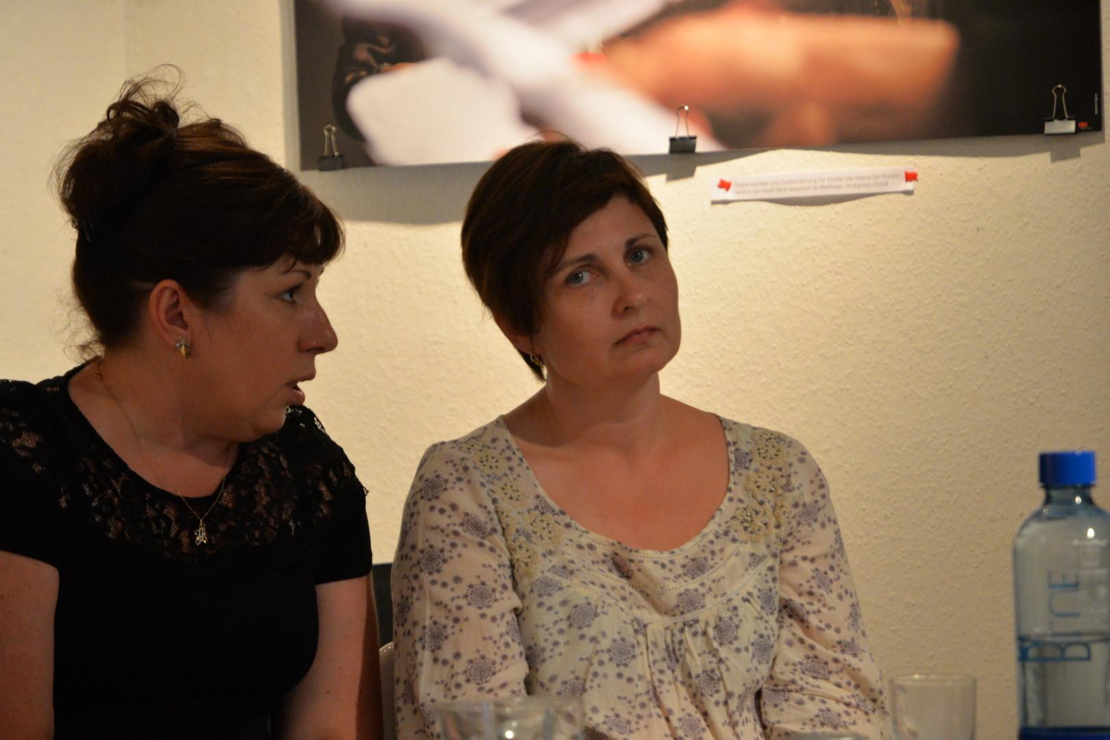 Uliana Kotsaba - rechts - mit ihrer Übersetzerin beim Auftritt in der Berliner Galerie Olga Benario.