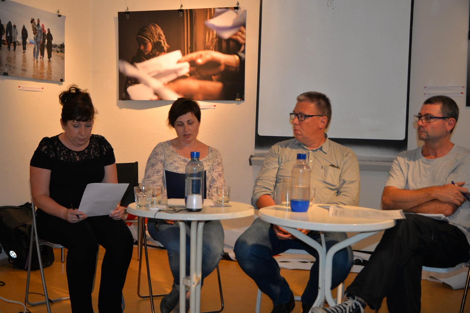 Veranstaltung in der Galerie Olga Benario in Berlin Neukölln: Uliana Kotsaba, zweite von links, der Journalist Reinhard Lauterbach dritter von links sowie der Aktivist und Journalist Frank Brendle.