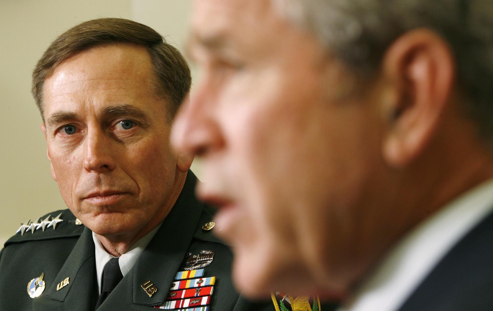 David Petraeus bei einem Treffen mit Präsident George W. Bush im Oval Office des Weißen Hauses, September 2008. Zu diesem Zeitpunkt kam die Strategie der konfessionellen Spaltung voll zur Entfaltung: Petraeus hatte im Iraq ein Regime der Folter, der Terrors und der Spaltung vorangetrieben.