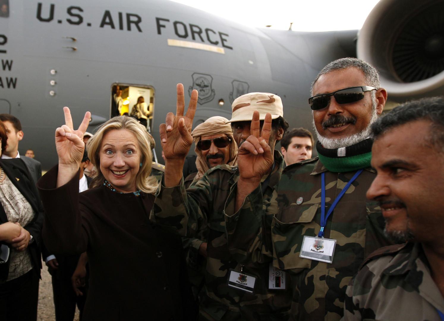 Außenministerin Hillary Clinton mit libyschen Soldaten bei ihrer Ankunft in Tripolis im Oktober 2011.