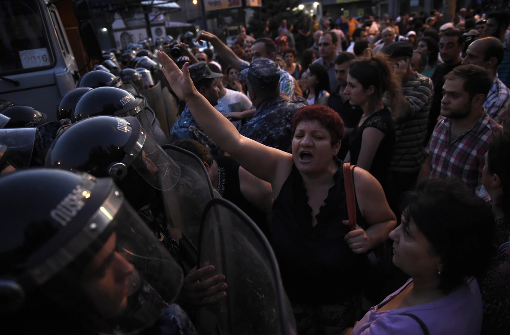 Geiseldrama in Armenien dauert an - Menschenmenge verhindert Sturm durch Spezialeinheiten