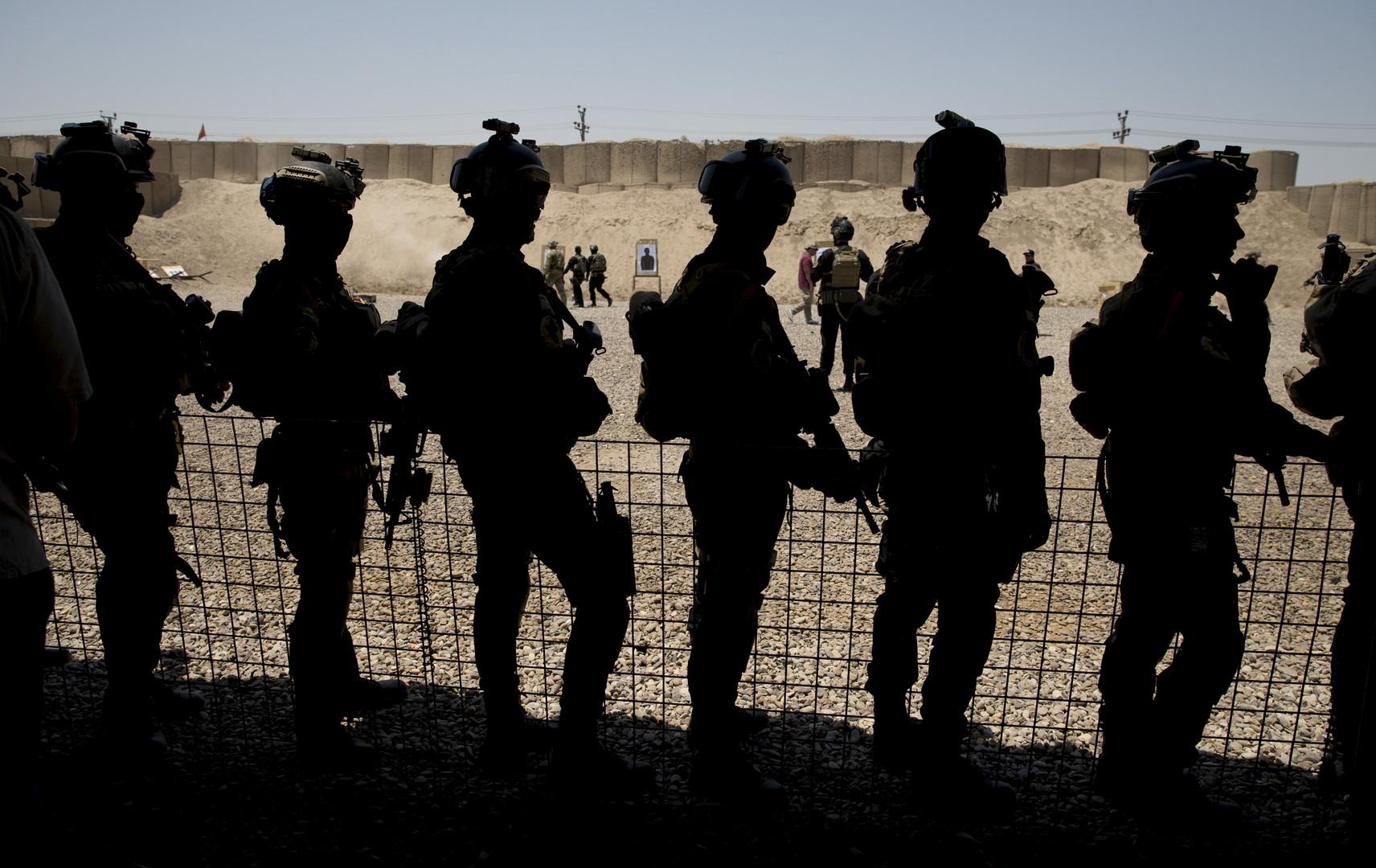 Der amerikanische Verteidigungsminister Ashton Carter besucht eine Ausbildungseinheit für die irakische Armee im Juli 2015.