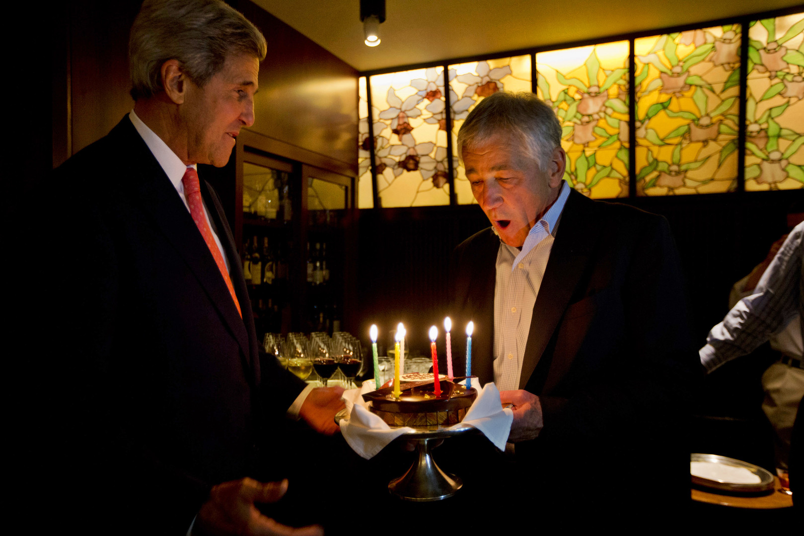 Gute Freunde: John Kerry und Chuck Hagel kämpften in Vietnam und entwickelten sich später zu Kriegsgegnern. Hier überreicht der Außenminister seinem Kollegen eine Geburtstagstorte in Japan, Tokyo, Oktober 2013.