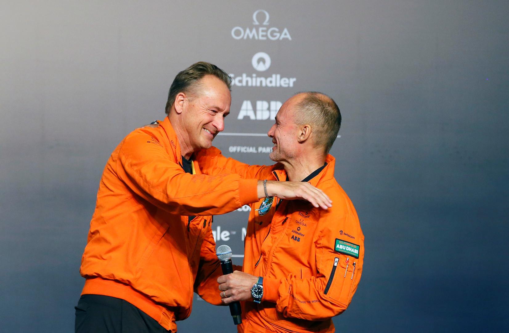 Piloten André Borschberg und Bertrand Piccard wärend der Pressekonferenz nach der Landung