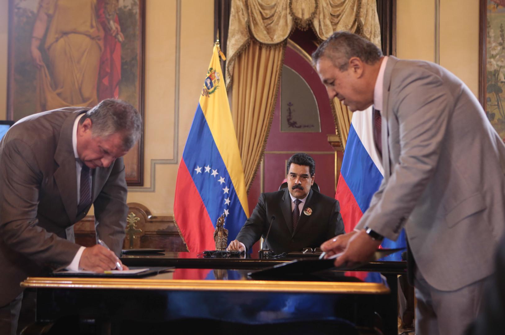 Vorstandsvorsitzender des Mineralölkonzerns Rosneft Igor Setschin (Rechts)  und der Präsident der Petróleos de Venezuela Eulogio del Pino (links) unterzeichnen den Vertrag zwischen beiden Unternehmen.