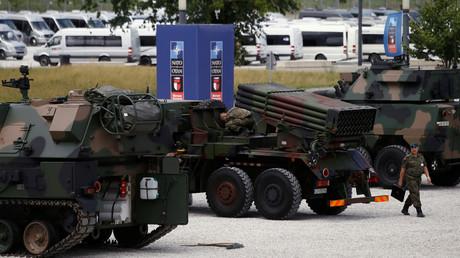 Auch eine Ausstellung gibt es: Kriegsgerät vor dem NATO-Gipfel in Warschau