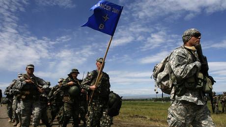 Es wird wieder maschiert. NATO-Truppen bei einer Übung